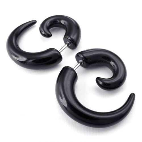 Серьги в виде загнувшихся черных костей, будто пронзила мочку уха насквозь