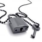 Кулон в виде замка и ключа, который его открывает и закрывает