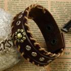 Браслет из коричневой полоски кожи с вставками и цветком посередине