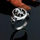 Стальное кольцо со львом внутри овала, а по бокам - французские лилии